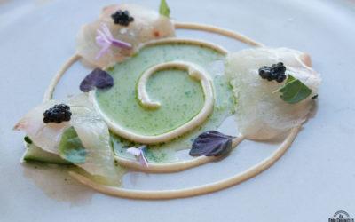 Sashimi di dentice con cetriolo fermentato, emulsione di uova di dentice e caviale di scampo.