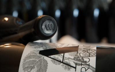 Etichettatura a mano e sigillatura con gommalacca delle magnum di Friulano